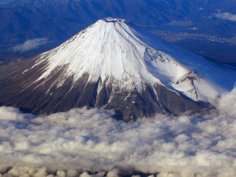 Gambar Pemandangan Gunung Fuji dari Dekat Tertutup Awan